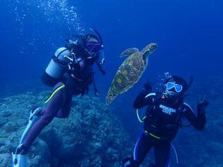 アオウミガメと記念写真