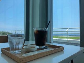 窓際でコーヒー
