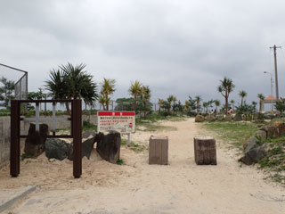 イーフビーチ入口