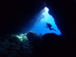 洞窟とダイバー