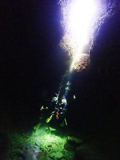 洞窟の中で