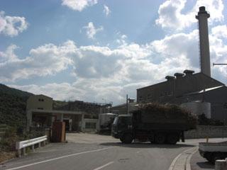 トラックと工場